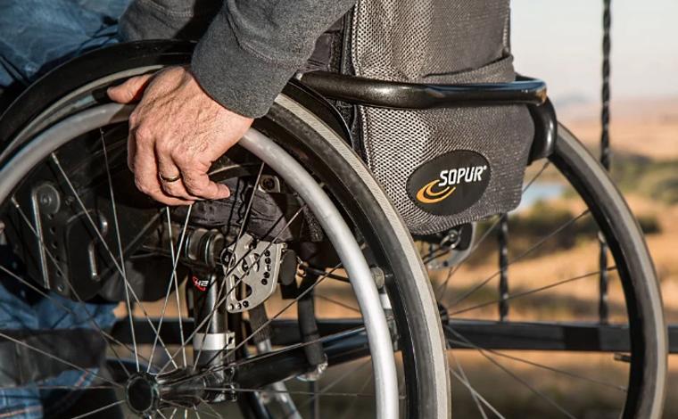 Idoso de 77 anos é arremessado de cadeira de rodas e morre atropelado por caminhonete