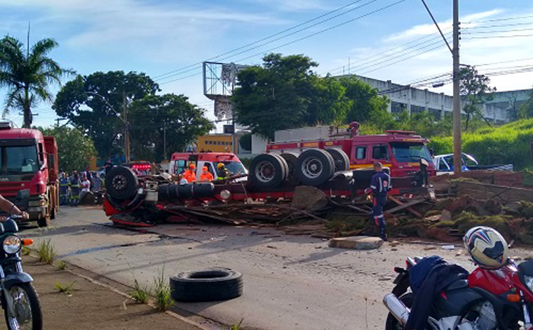 Caminhão capota após pneus estourarem e motorista perder o controle da direção em Sete Lagoas