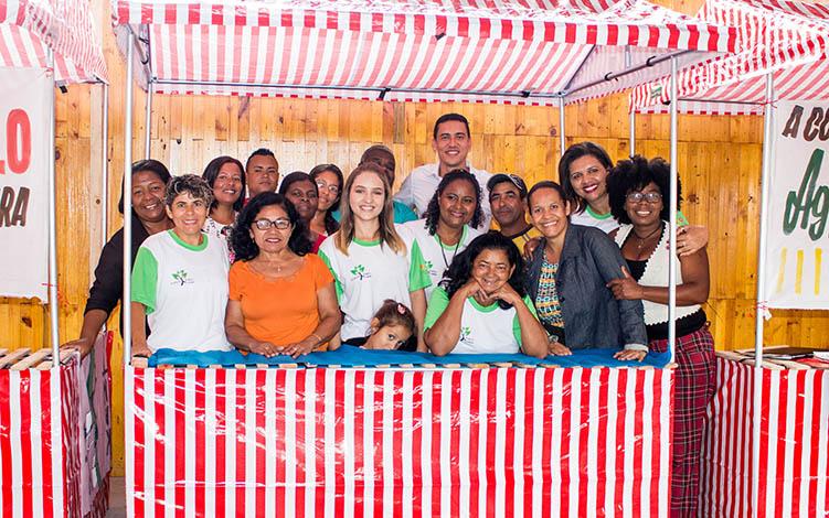 Famílias do Cidade de Deus recebem barracas para promover feira livre