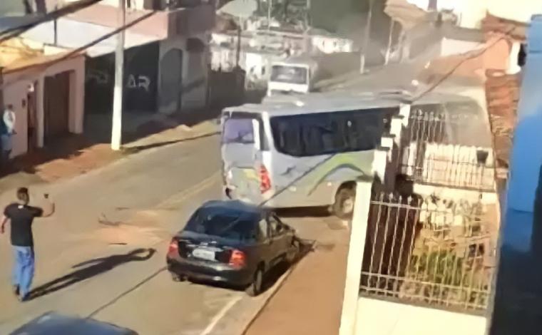 Motorista usa micro-ônibus para tentar matar ex-namorada no interior de Minas Gerais