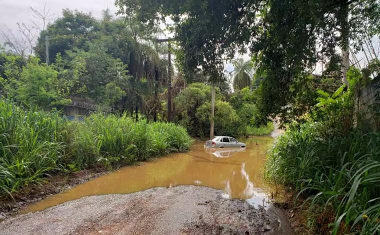 Motorista fica ilhado dentro de carro durante chuva no bairro Santo Antônio em Sete Lagoas
