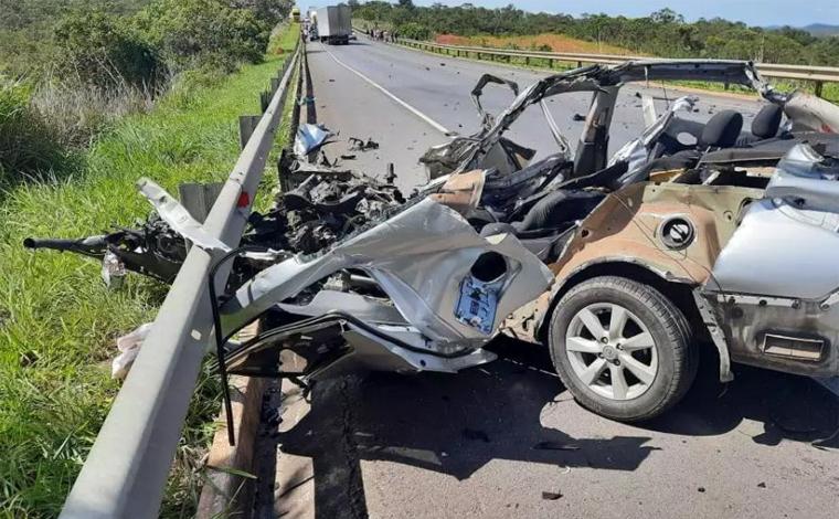 Acidente entre carro e caminhão deixa cinco mortos da mesma família na BR-135, no Norte de Minas