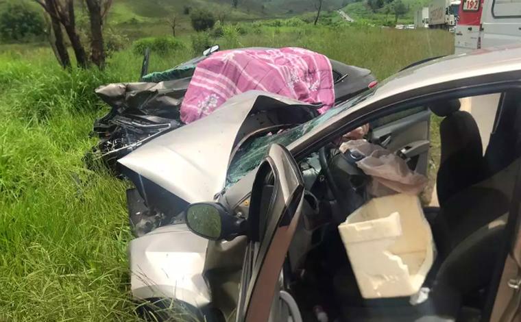 Duas pessoas morrem e três ficam feridas em acidente envolvendo veículos de passeio na BR-267