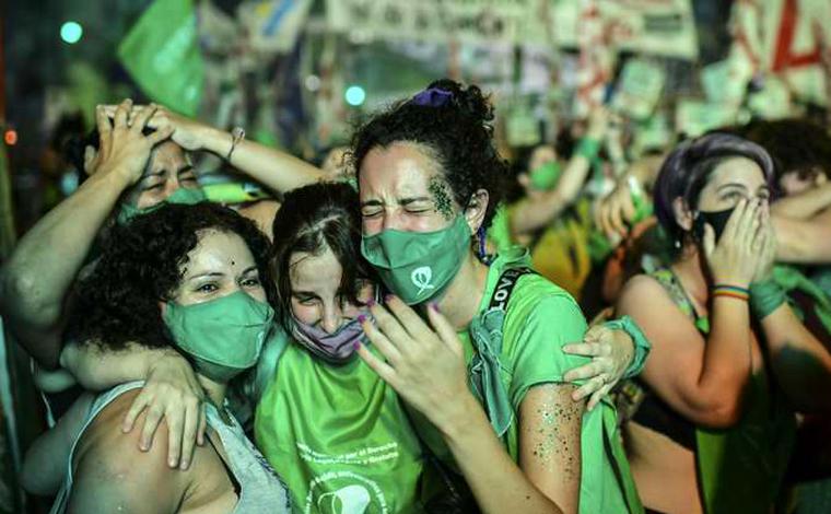 Senado Argentino aprova projeto que legaliza aborto e mulheres comemoram nas ruas de Buenos Aires