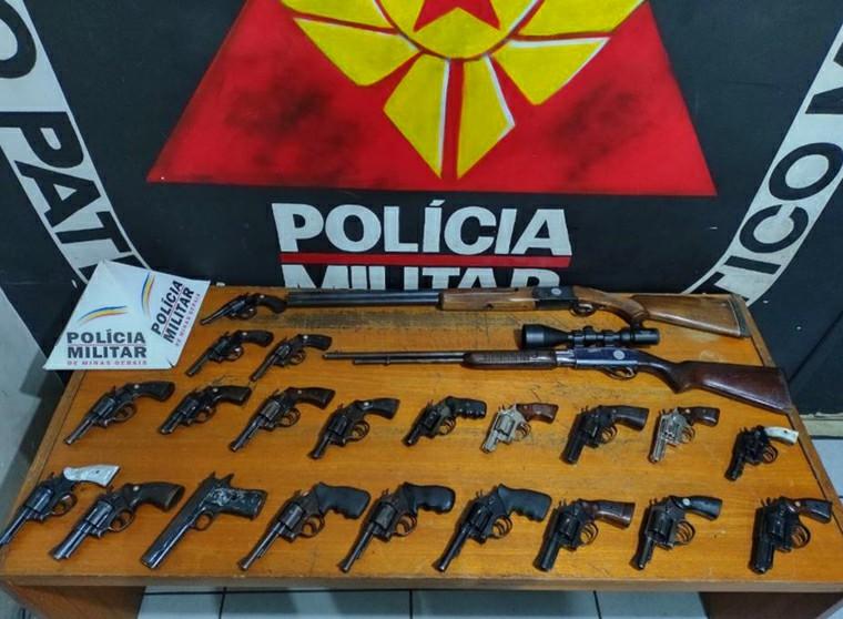 Polícia Militar desenterra mais de 20 armas de fogo que pertencem a traficantes de Belo Horizonte