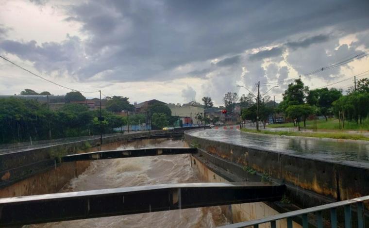 Temporal com granizo atinge Belo Horizonte e vias precisam ser interditadas