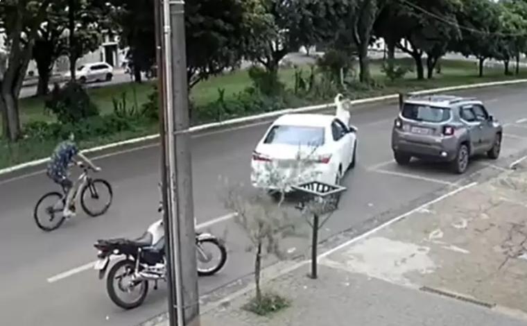 Homem se exalta, agride e atropela mulher durante briga de trânsito em Araguari