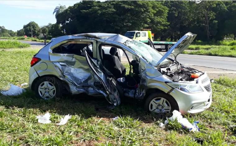 Mulher e bebê de 7 meses morrem em acidente entre dois carros na BR-135, em Corinto
