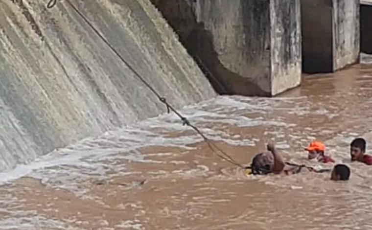 Homem é resgatado após ser levado por correnteza em rio de Cachoeira da Prata; veja vídeo