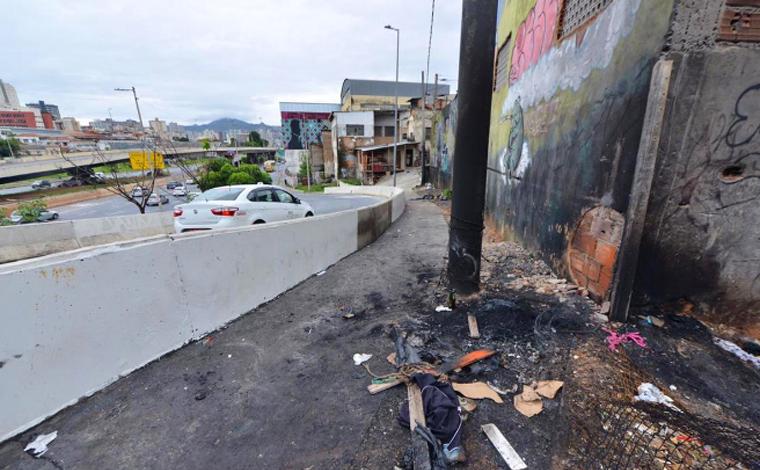 Homem é amarrado em poste e tem corpo incendiado em Belo Horizonte