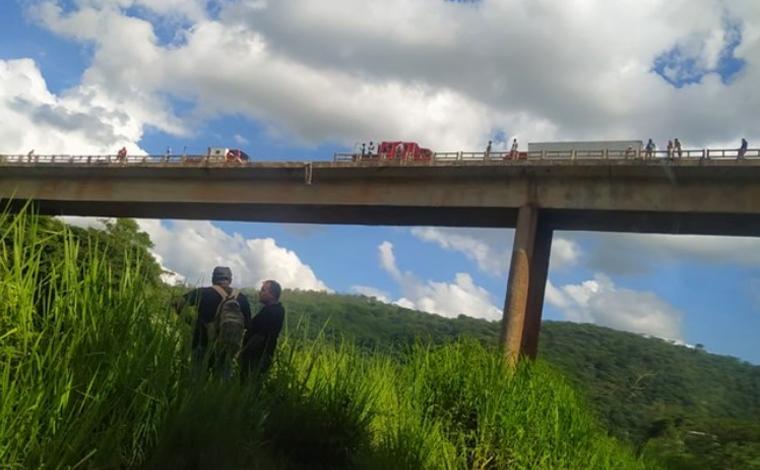 Há mais de um mês da queda de ônibus, caminhão cai da mesma ponte na BR-381, em João Monlevade