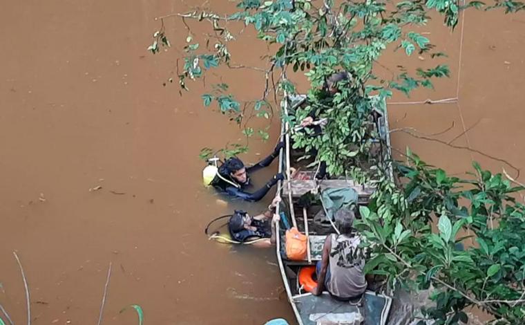 Quatro homens morrem após caminhão cair de viaduto da BR-381 em João Monlevade