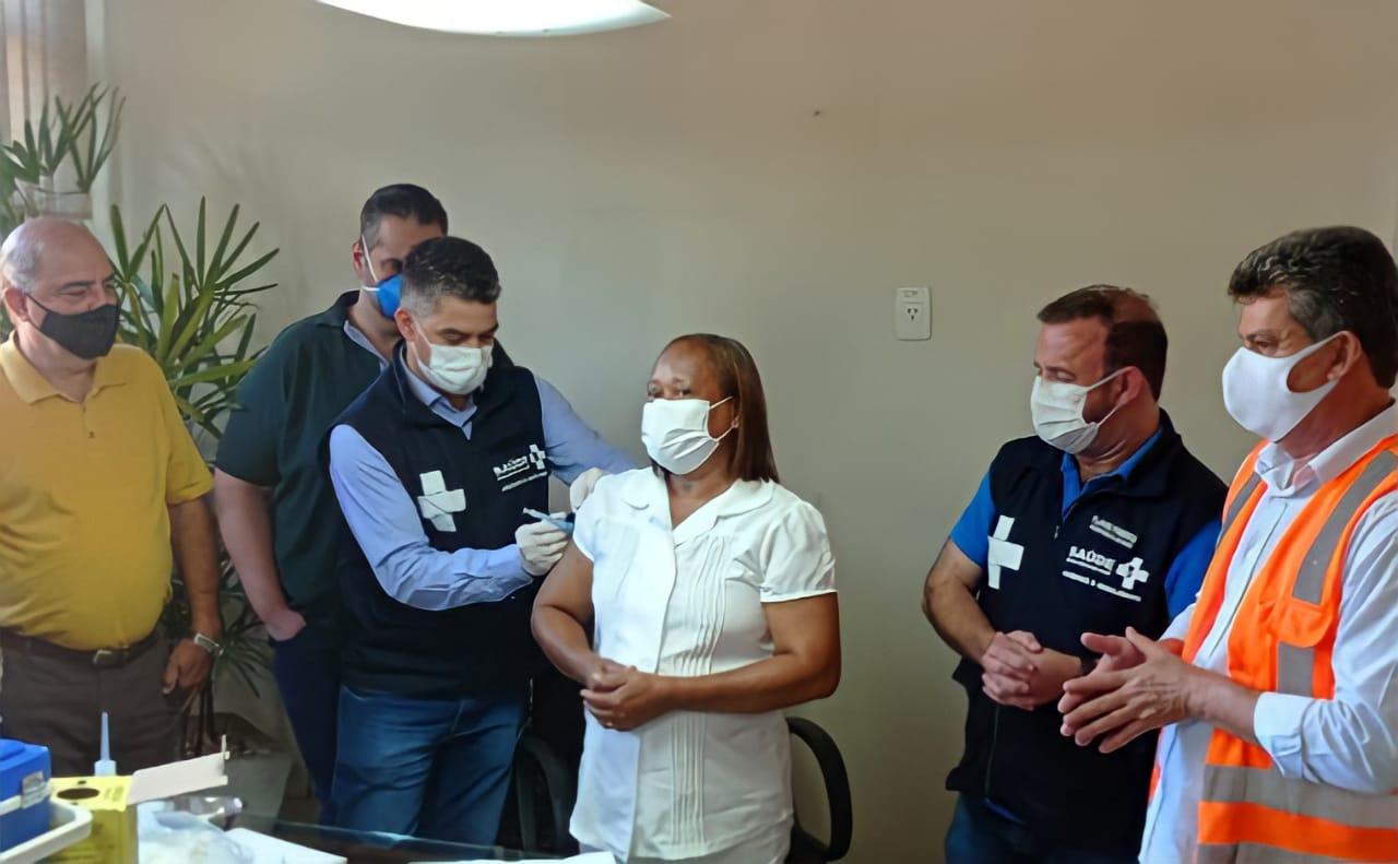 Foto: Bárbara Herrera - Ela recebeu a dose da CoronaVac em uma cerimônia simbólica no gabinete do Prefeito Duílio de Castro, na tarde desta terça-feira (19). Além de Taninha, outras seis pessoas também foram imunizadas, todas profissionais da saúde