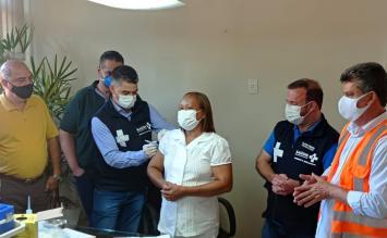 Técnica de enfermagem é a primeira pessoa a ser vacinada contra Covid-19 em Sete Lagoas