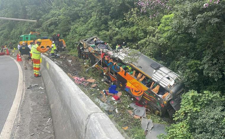 Ao menos 12 pessoas morrem e 9 ficam feridas em acidente envolvendo ônibus de turismo na BR-376