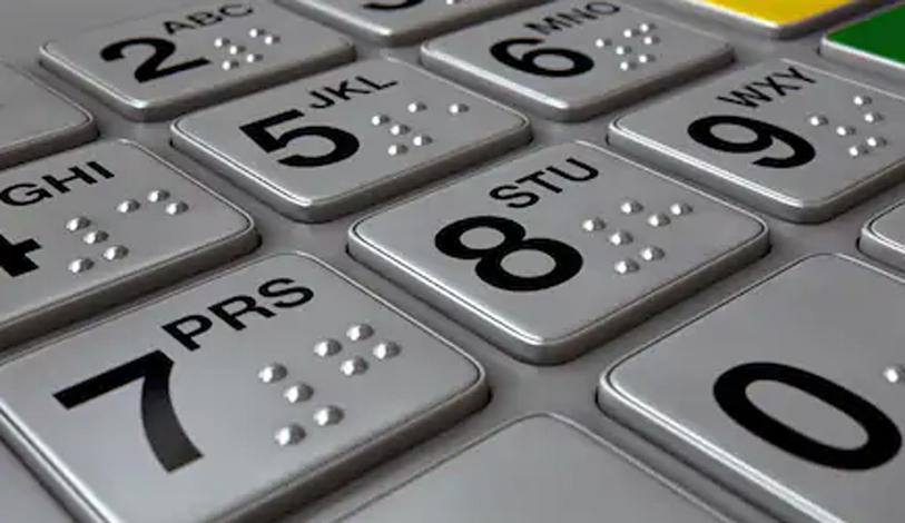 Britânico lambe botões de caixas eletrônicos para 'provar que a covid-19 não é real'