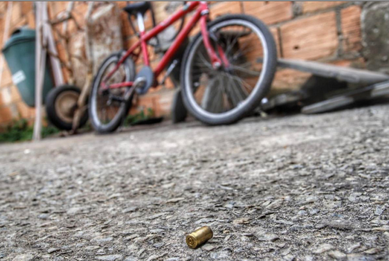 Criança de 11 anos morre após ser baleada e atropelada enquanto brincava na rua em Betim