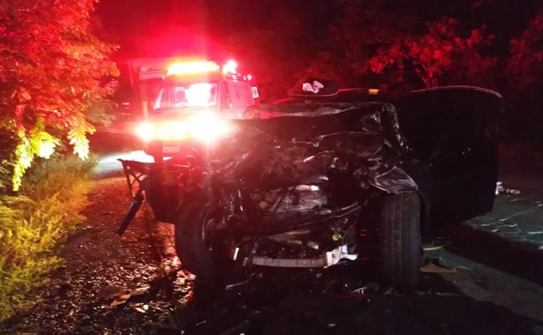 Quatro pessoas morrem em acidente envolvendo carro e caminhonete na MGC-122