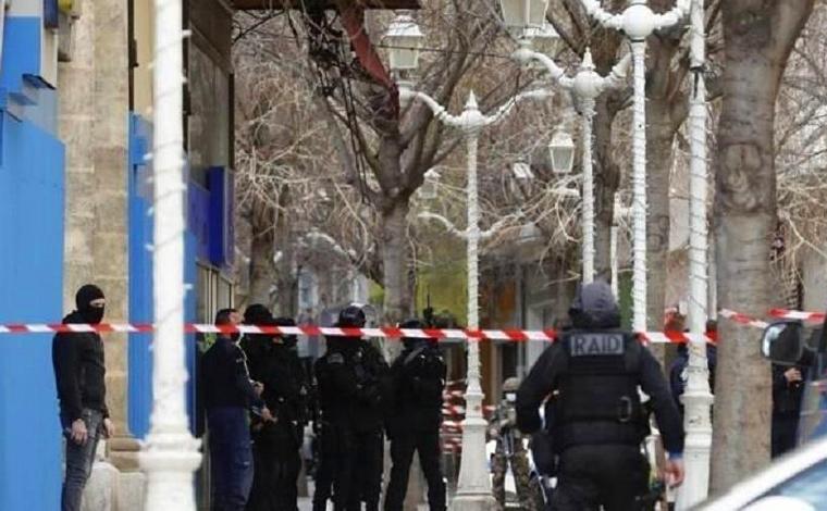 Francês é preso após jogar cabeça humana pela janela de apartamento