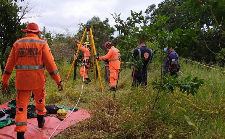 Mulher fica ferida ao cair em cisterna enquanto colhia pequis no interior de Minas Gerais
