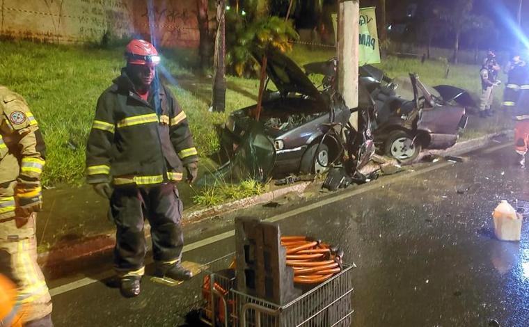 Duas pessoas morrem após carro bater em poste e se partir ao meio na Via Expressa de Contagem