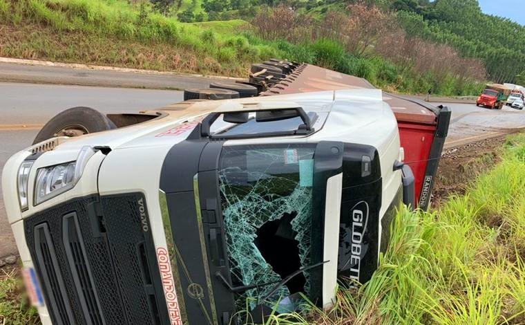 Motorista morre após carreta tombar em curva na BR-365 próximo a Patos de Minas
