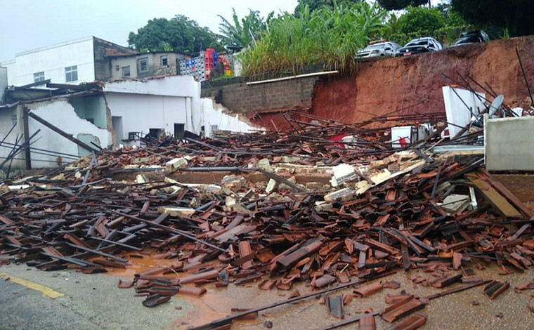 Chuva forte causa desmoronamento de restaurante em BH; Defesa Civil alerta de 'alto risco geológico'