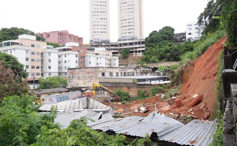 Barranco desaba, atinge dez caminhões e danifica casas em Belo Horizonte