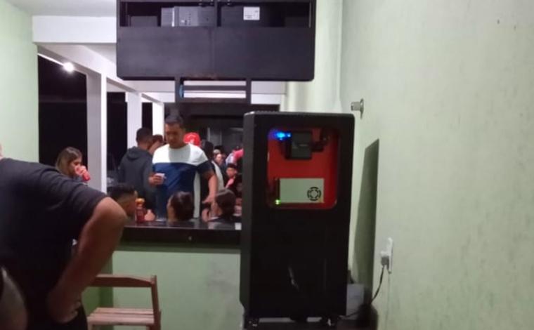 Bar de Sete Lagoas promove evento carnavalesco e Polícia Militar realiza intervenção