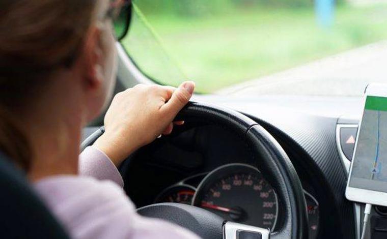 Passageira se joga de carro em movimento por não ter dinheiro para pagar corrida em Sete Lagoas