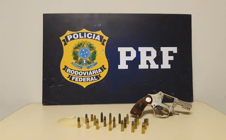 Foto: Divulgação/PRF - Durante uma operação de combate a crimes diversos, os agente da PRF abordaram um automóvel ocupado por duas mulheres e dois homens. Dentro do carro foi encontrado um revólver calibre .22 carregado com 6 cartuchos