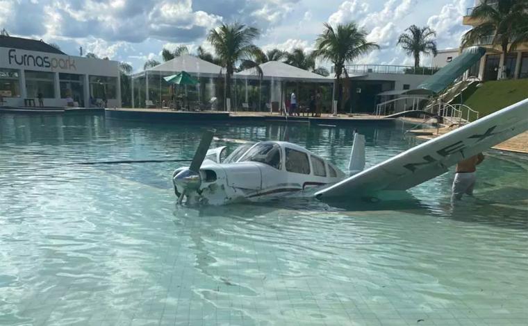 Três pessoas ficam feridas após avião cair dentro de piscina de resort em Minas Gerais