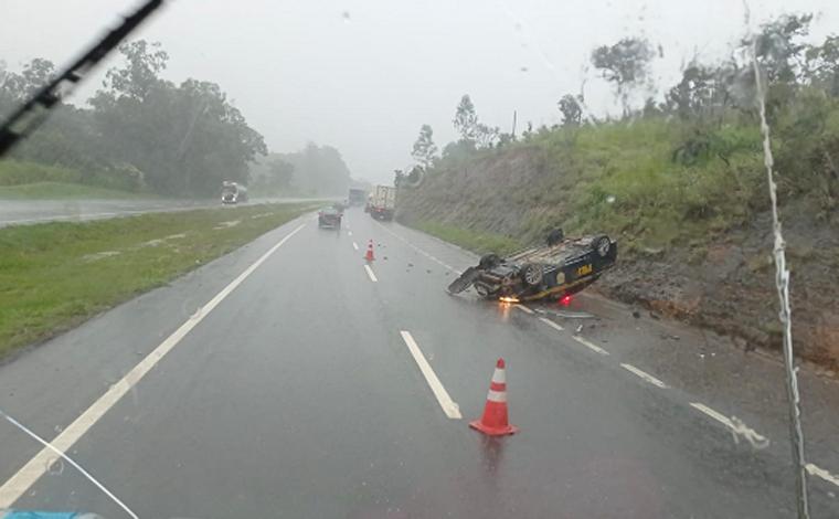 Carreta bate em viatura da PRF que atendia ocorrência na BR-040 em Sete Lagoas