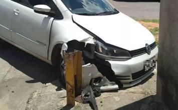 Homem rouba carro de motorista de app, bate veículo durante perseguição e é preso pela PM