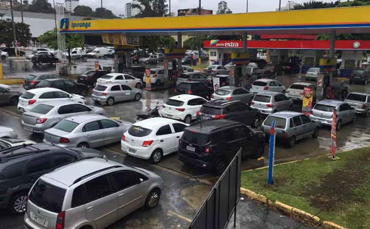 Postos de combustível registram longas filas em Belo Horizonte; motoristas temem desabastecimento