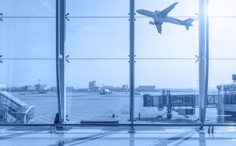 Agente paga passagens de avião para casal surdo e filhos ao ver que caíram em golpe