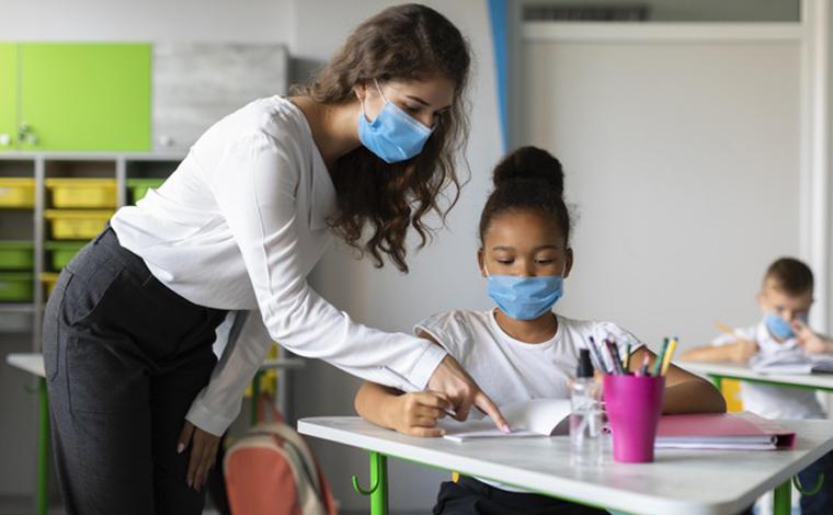 Comportamento de risco dos adultos que torna ainda mais desafiadora a reabertura de escolas