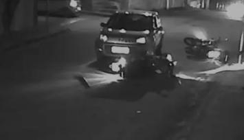 Motorista bêbada invade contramão e atropela dois policiais que patrulhavam em motos