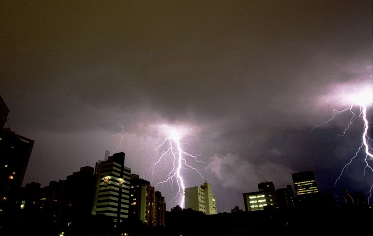 Defesa Civil faz alerta para chuva com raios e ventos fortes na região