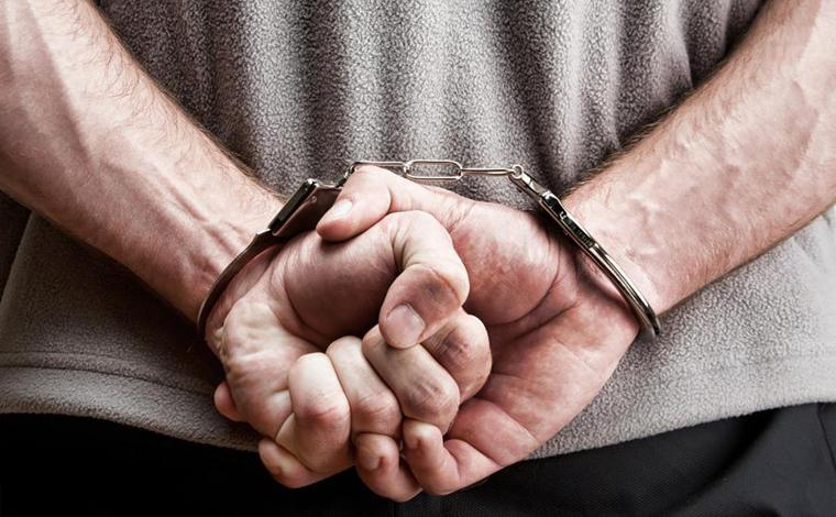 Homem é preso suspeito de tráfico de drogas na praça do bairro Alvorada em Sete Lagoas