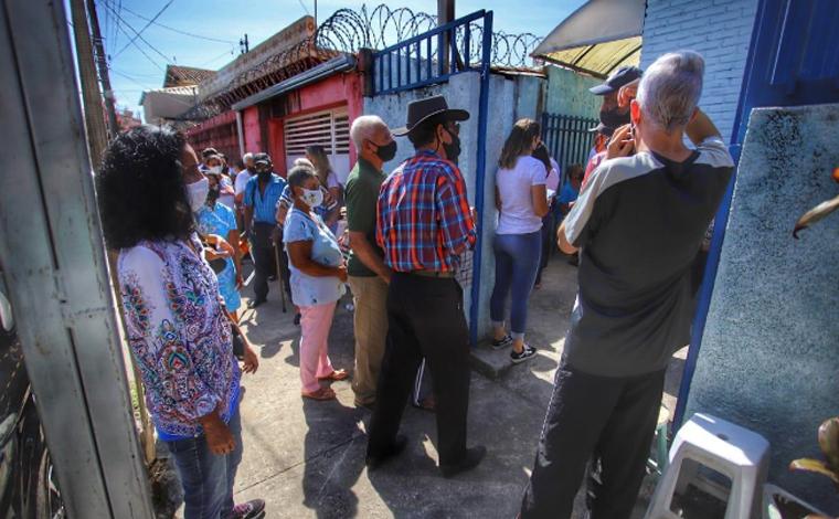 Idosos passam madrugada na fila para vacinação contra Covid-19 em Pedro Leopoldo