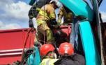 Duas pessoas ficam feridas em batida entre carreta e caminhão na BR-381