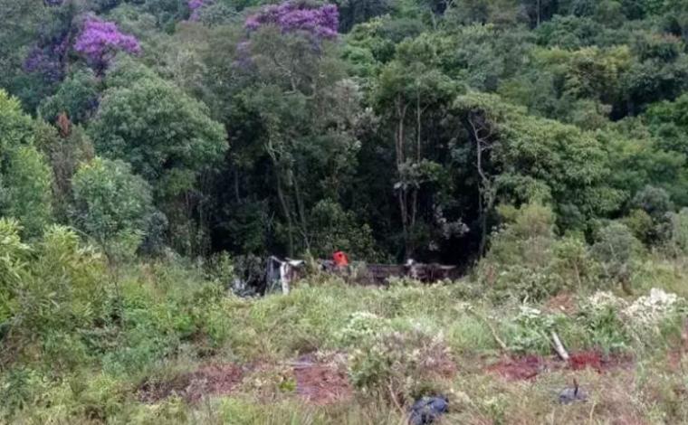 Duas pessoas morrem e ao menos 6 ficam gravemente feridas após ônibus cair em ribanceira na MG-129