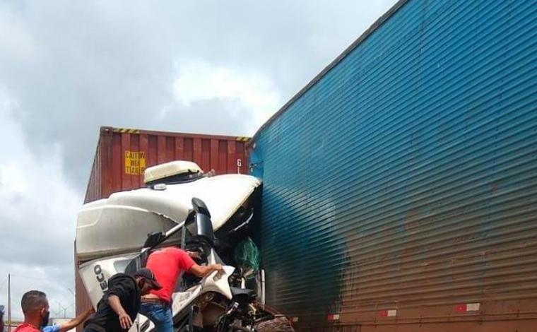 Uma pessoa morre em acidente envolvendo três carretas e um carro na BR-381