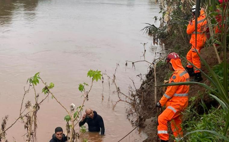 Motorista perde controle da direção e carro cai no rio das Velhas; bombeiros procuram por passageiro