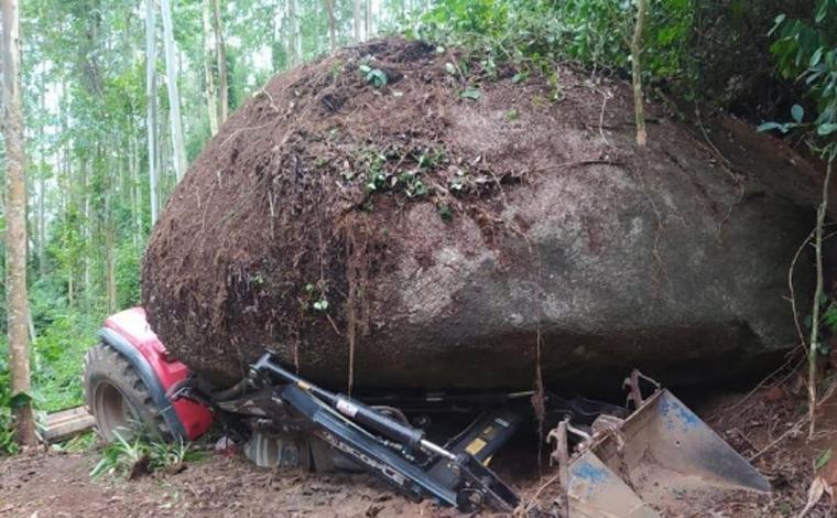 Pedra de mais de 100 toneladas cai sobre trator e motorista sobrevive em cidade catarinense