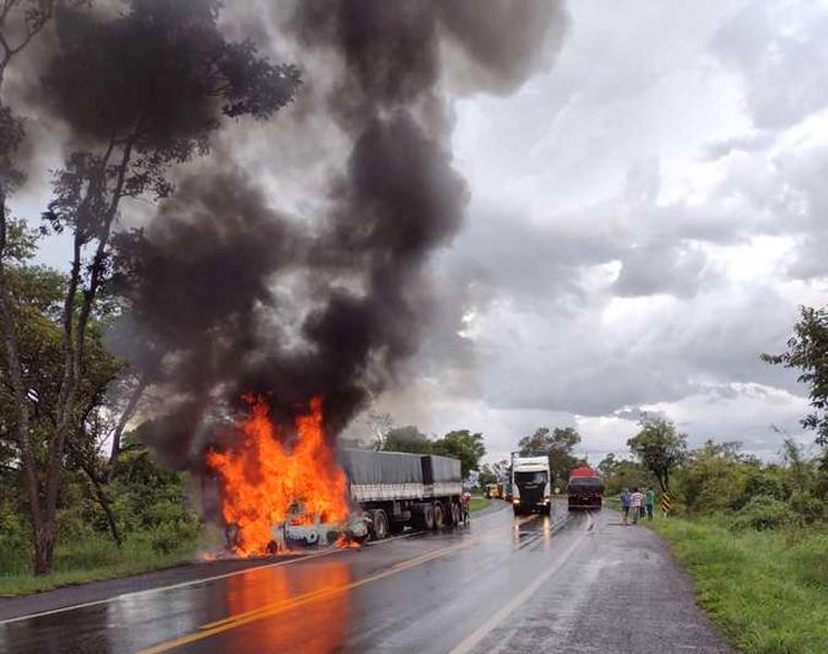 Casal e bebê de 9 meses morrem carbonizados em grave acidente entre carro e carreta na BR-040