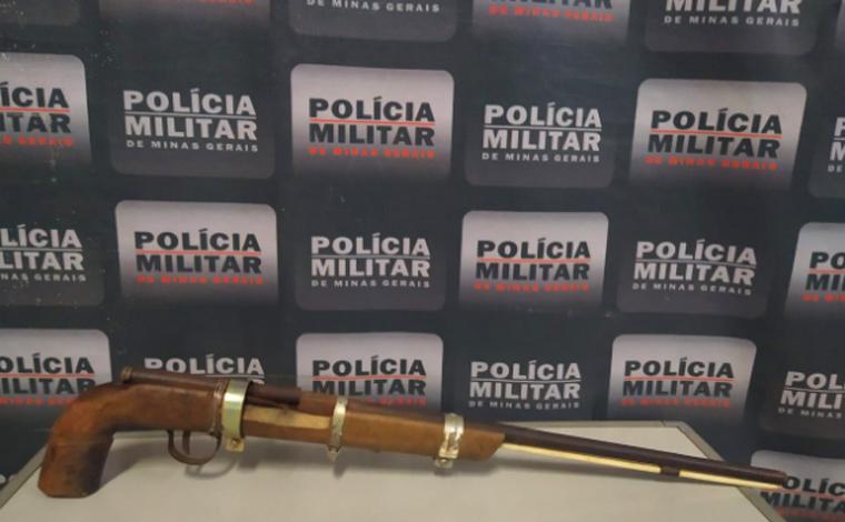 PM apreende arma de fogo em casa abandonada no bairro Dom Bosco em Paraopeba
