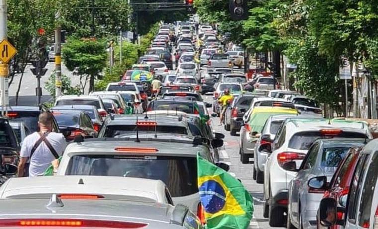 Manifestantes fazem carreata pró-Bolsonaro e atacam as decisões do STF em BH