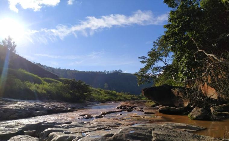 Após salvar filha de afogamento, homem desaparece em rio no interior de Minas Gerais